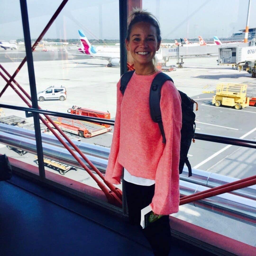 Kathy am Flughafen