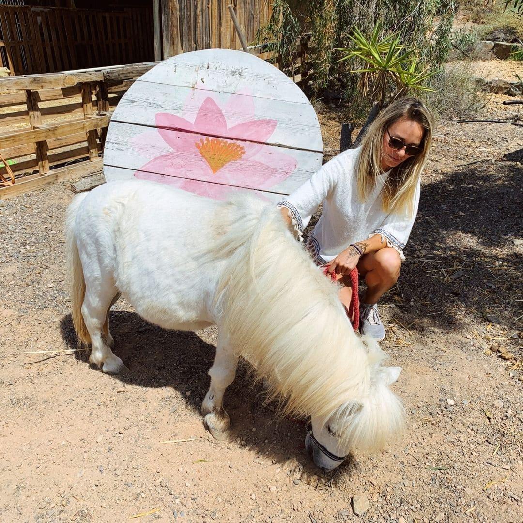 Kathy auf dem Tierschutzhof mit einem Pony